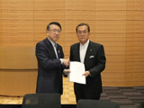 TX議連丹羽会長へ要望書提出(平成25年6月19日)
